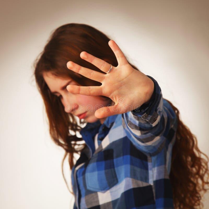 女孩陈列中止手标志姿态 肢体语言,姿态, ps 免版税库存图片