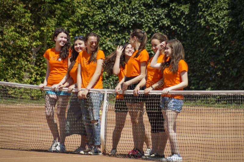 女孩雇用职员在国际网球赛 库存图片