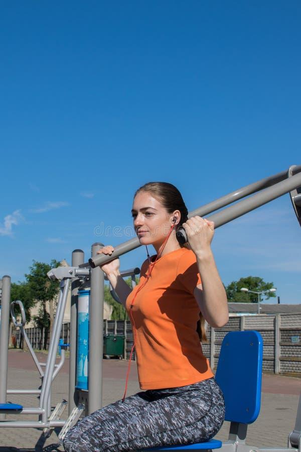 女孩露天参与健身健身设备 免版税库存图片
