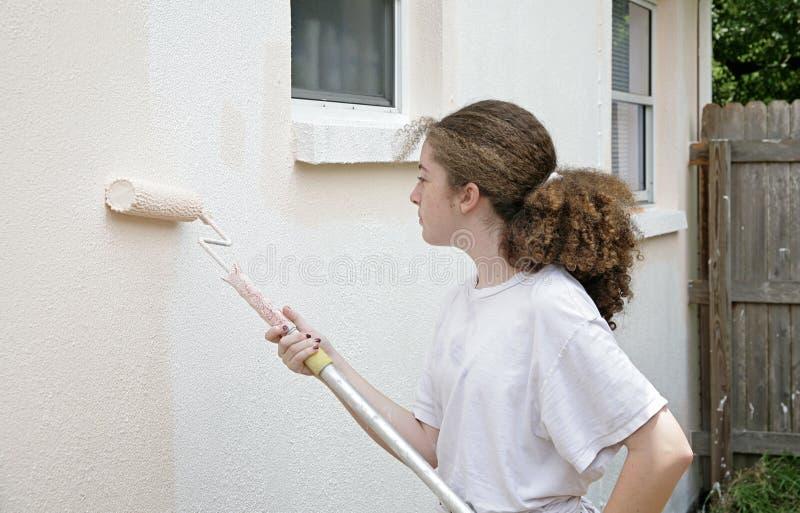女孩青少年的漆滚筒 免版税库存照片