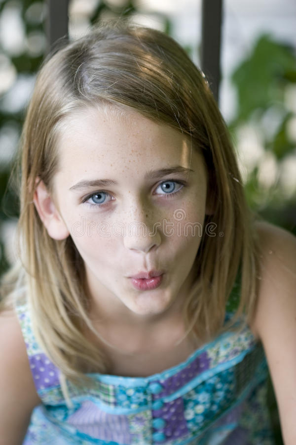 女孩非离子活性剂吹哨的年轻人 免版税库存照片
