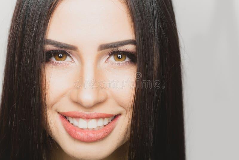 女孩面孔关闭 妇女秀丽皮肤 有微笑的浅黑肤色的男人 妇女画象 免版税库存图片