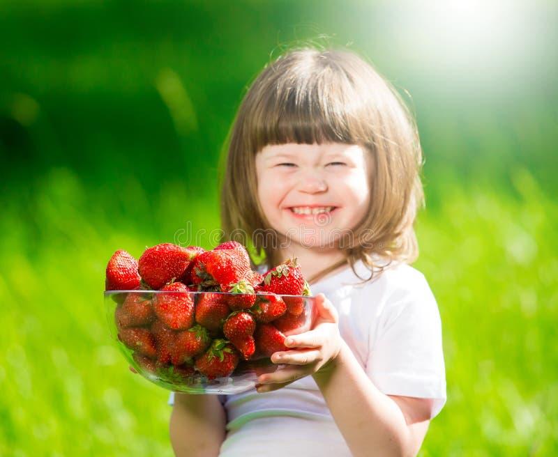 女孩面孔,草莓,乐趣,关闭 免版税库存照片