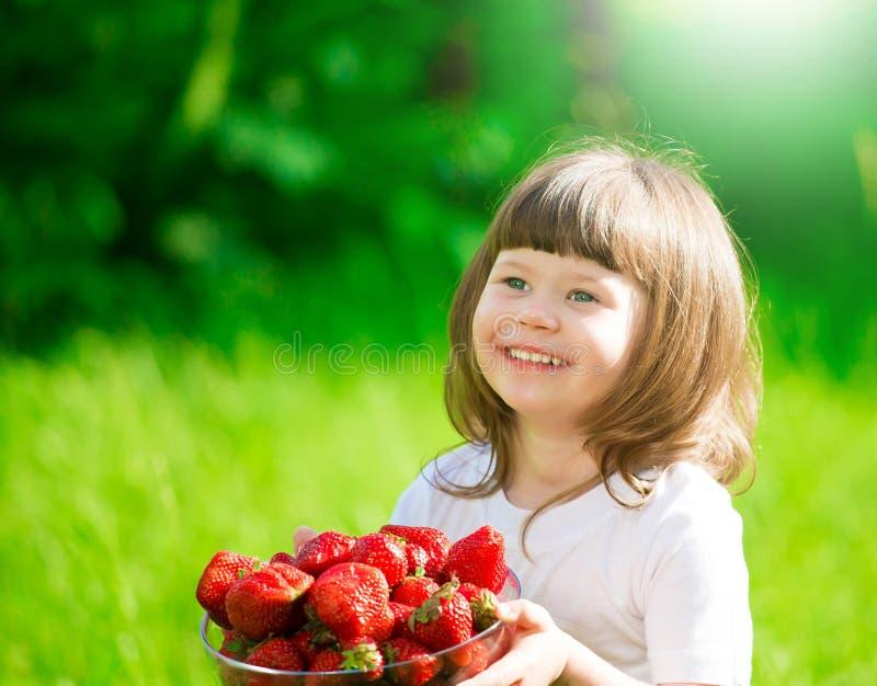 女孩面孔,草莓,乐趣,关闭 免版税库存图片