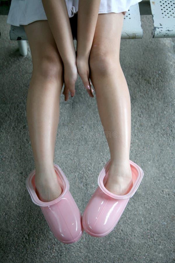 女孩鞋子佩带 免版税库存图片