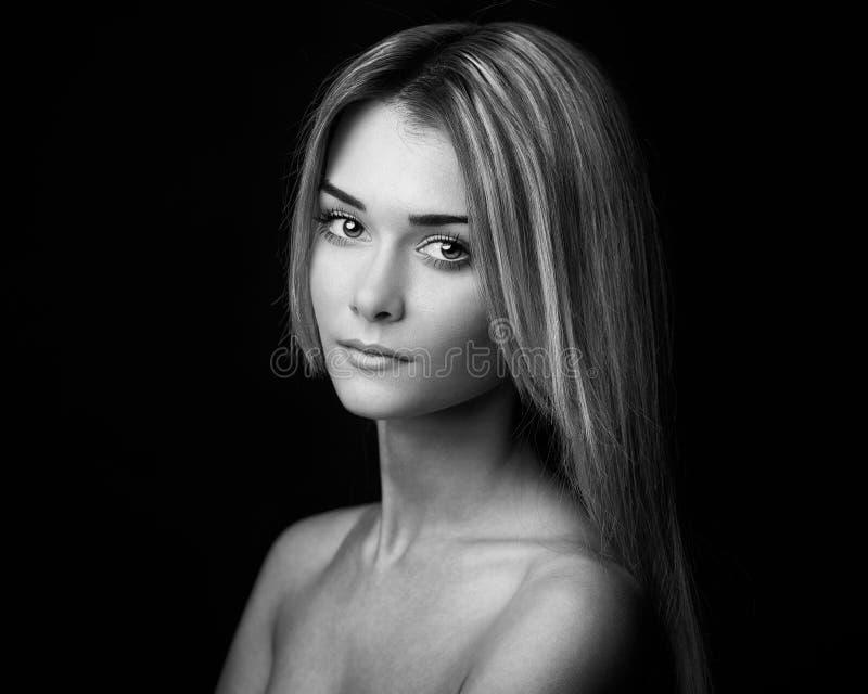 女孩题材的剧烈的画象:一个美丽的女孩的画象黑暗的背景的在演播室 库存照片