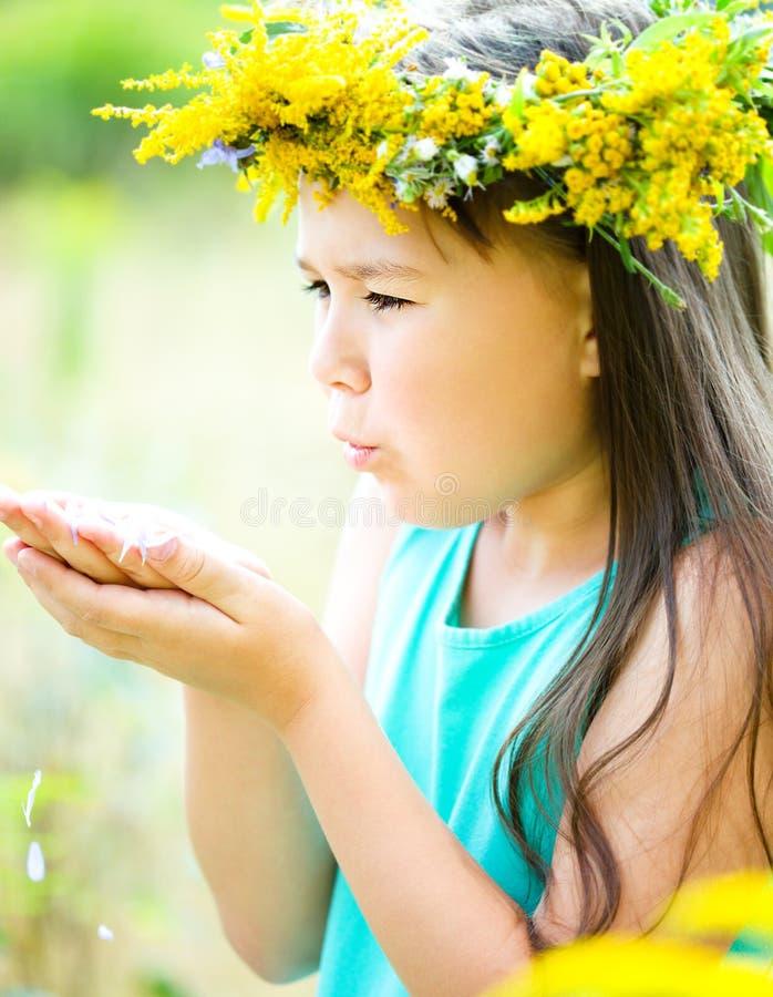 女孩题头他的花圈 免版税库存图片