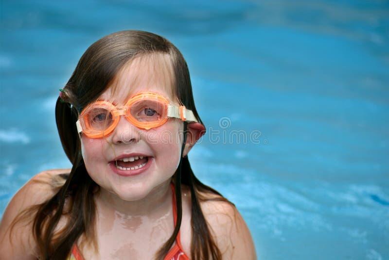 女孩风镜游泳 免版税库存图片