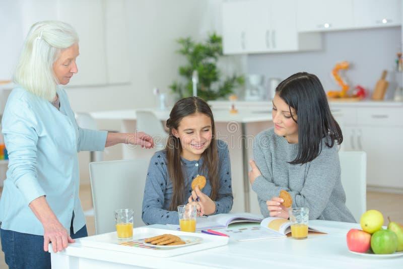 女孩饮用快餐在祖母` s 库存图片