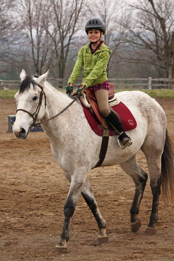 女孩马俏丽的骑马年轻人 免版税库存照片