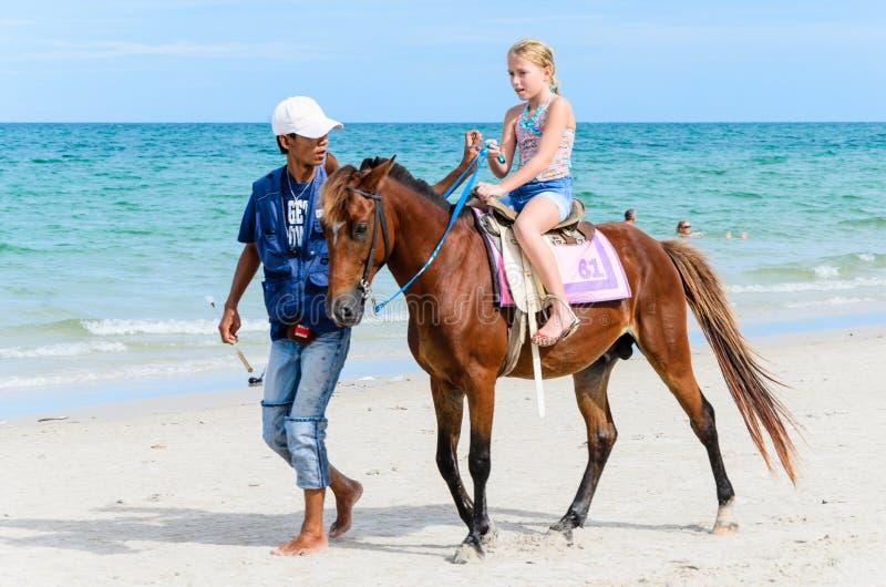 女孩骑乘马。 免版税图库摄影