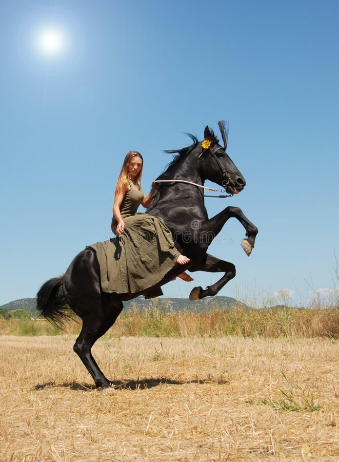 女孩骑马 库存图片