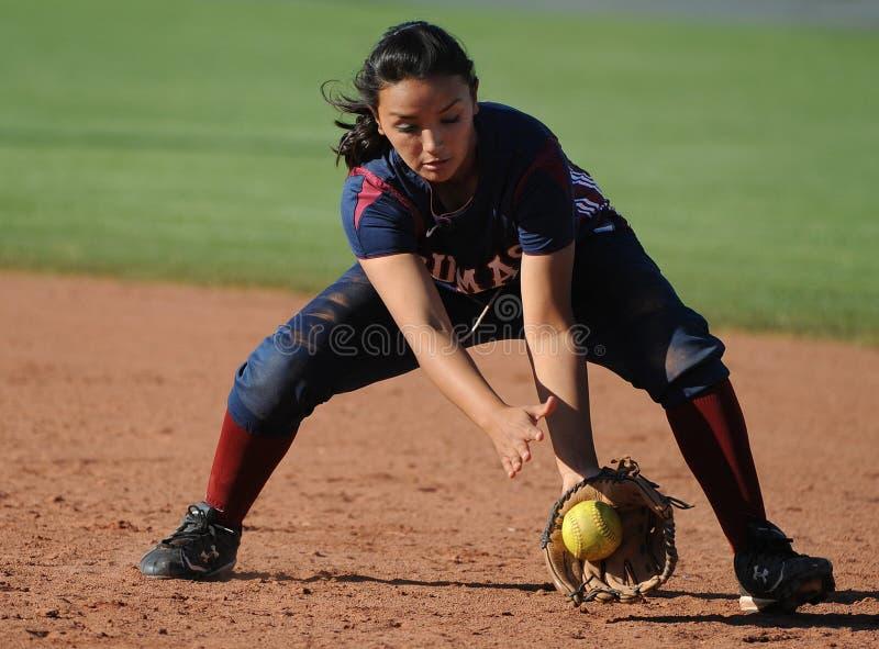 女孩高中垒球 免版税库存照片