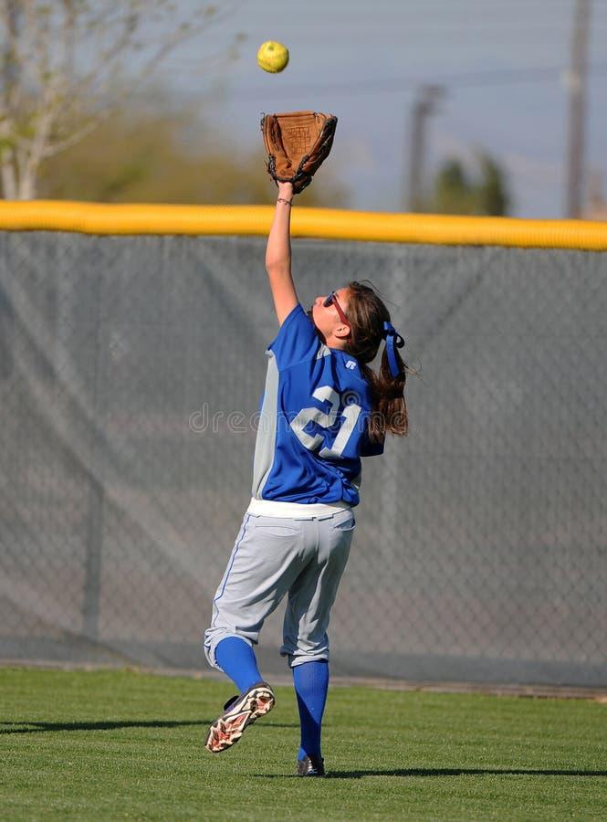 女孩高中垒球 免版税图库摄影