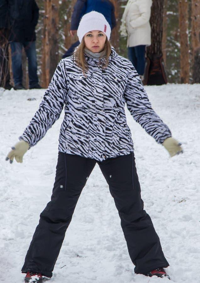 女孩,母亲,走与她的小儿子在冬天森林里 免版税图库摄影