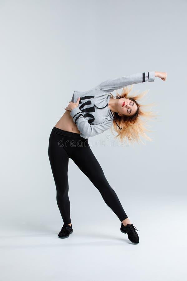 女孩,舞蹈家,在演播室,在白色背景做掀动,被隔绝 免版税库存图片