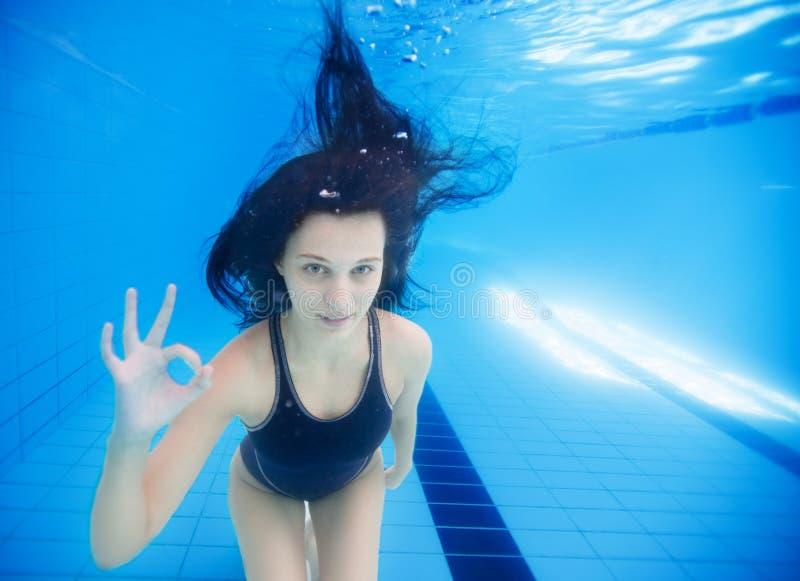 女孩水下的陈列ok标志 免版税库存照片