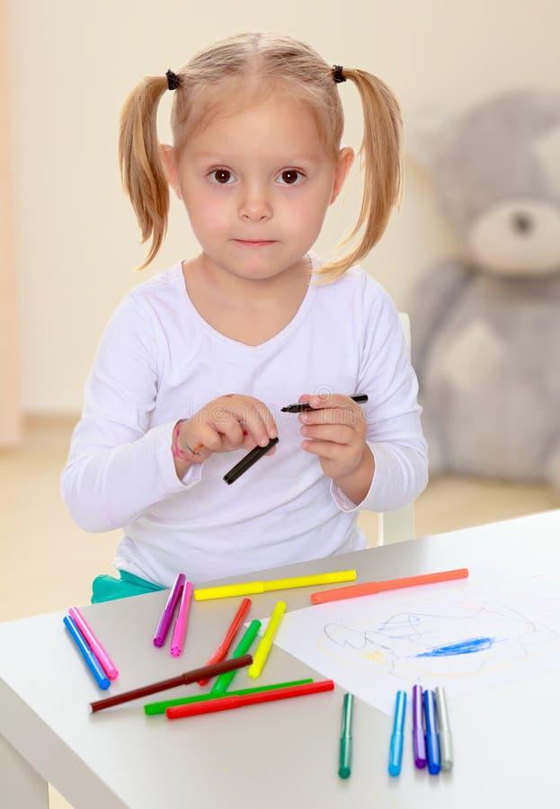女孩画与标志 免版税库存照片