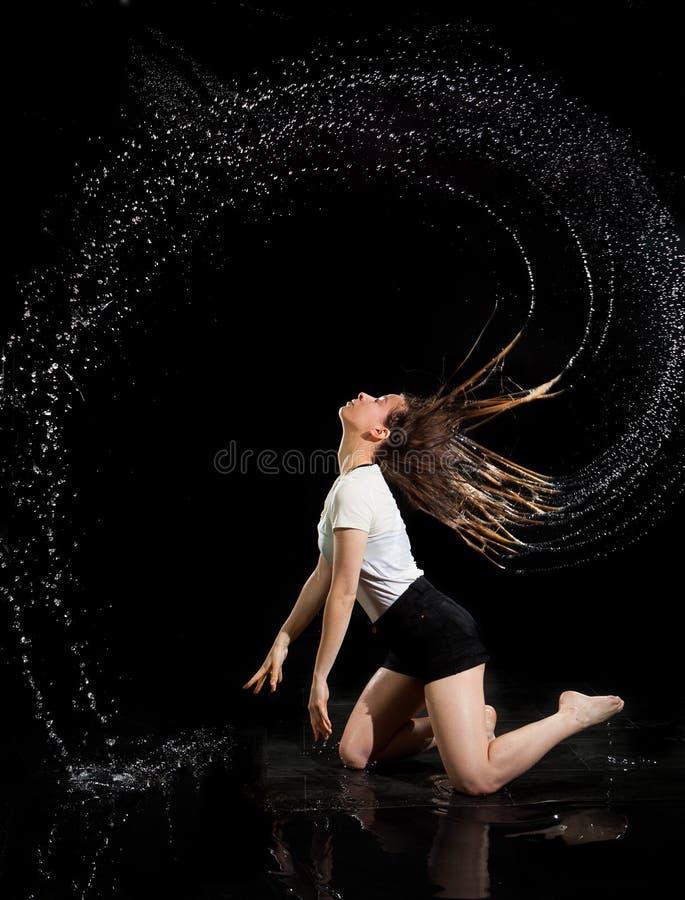 女孩水圈子头发黑色背景 免版税图库摄影