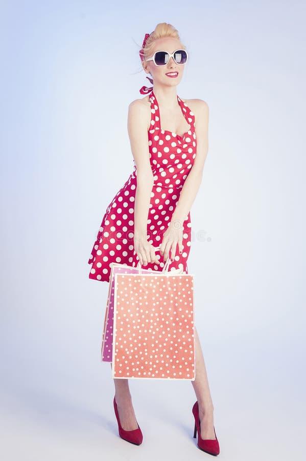 女孩购物的减速火箭的别针 免版税图库摄影