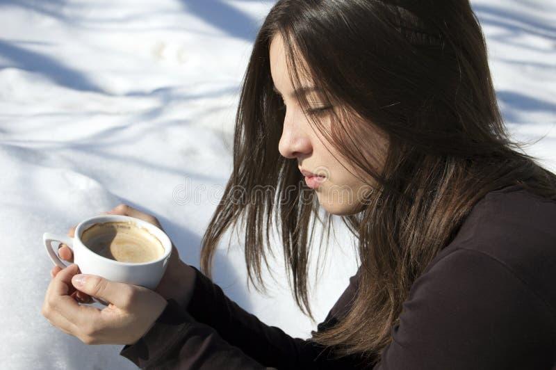 女孩/认为在一杯咖啡的少妇 免版税库存照片