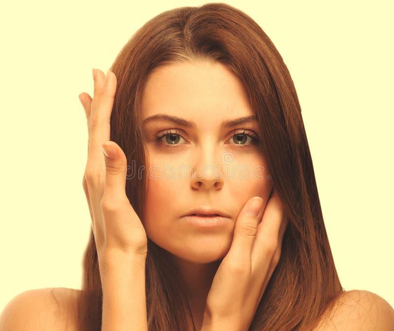 女孩画象妇女完善皮肤在白色ba隔绝的手眼睛 免版税库存照片