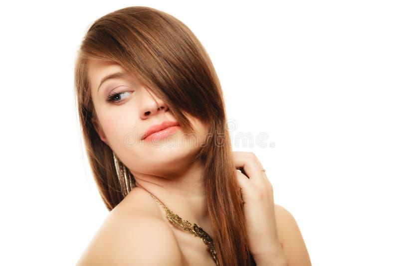女孩画象有轰隆覆盖物眼睛的在金黄项链 免版税库存图片