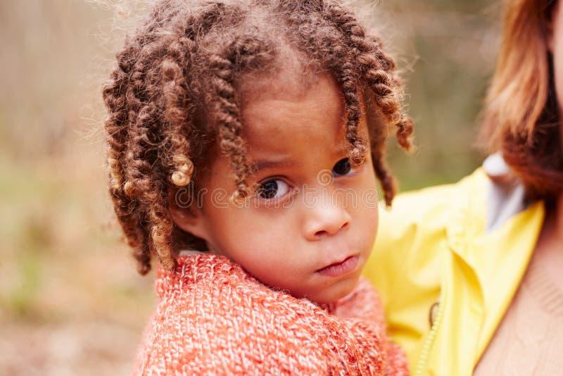 女孩画象步行的在有母亲的森林里 免版税库存照片
