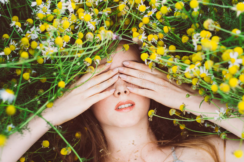 女孩画象用在眼睛和雀斑的手 库存照片