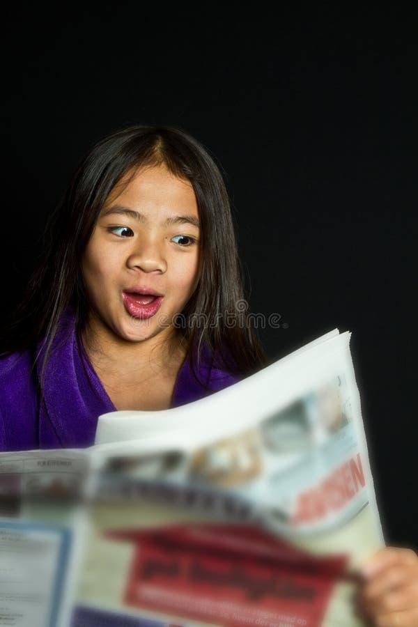 女孩画象读书新闻 免版税库存照片