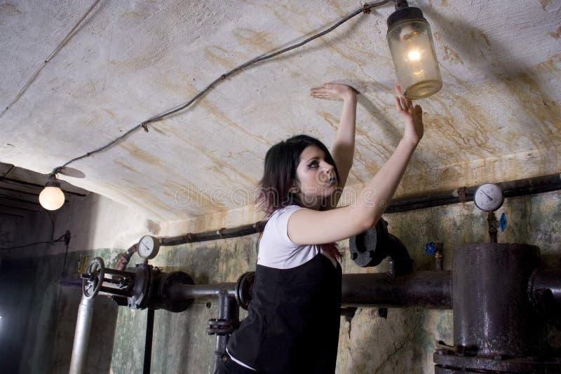 女孩- Goth在一个坏的地窖里 图库摄影