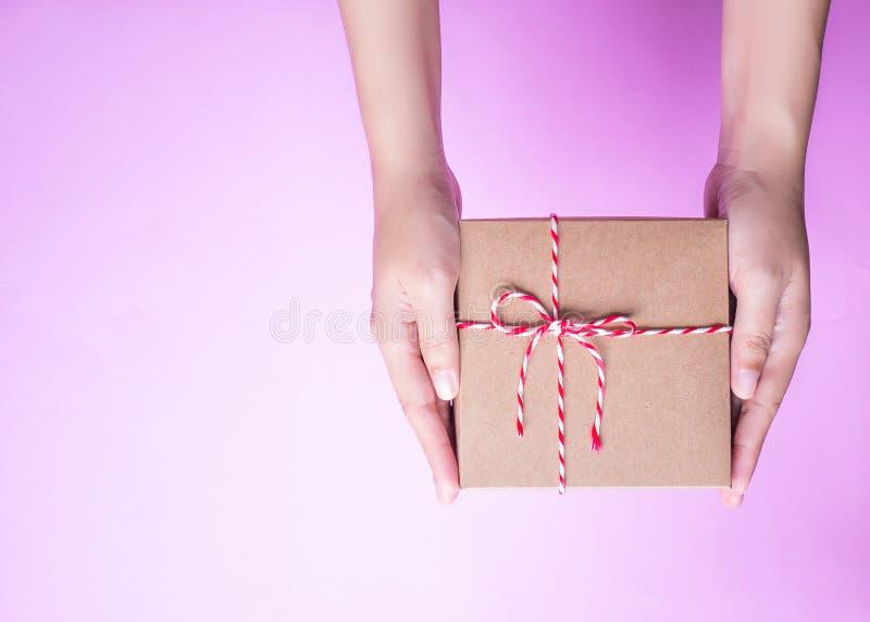 女孩` s递拿着包裹箱子作为礼物 免版税库存图片