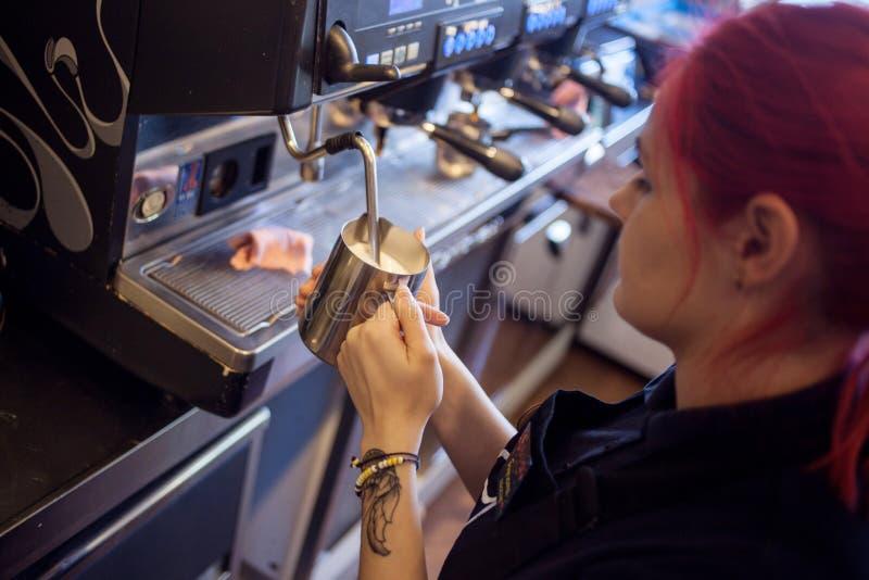 女孩Barista在客栈,酒吧准备咖啡 免版税库存照片