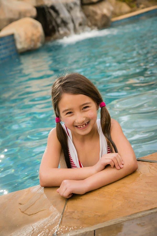女孩chid水池游泳 库存照片