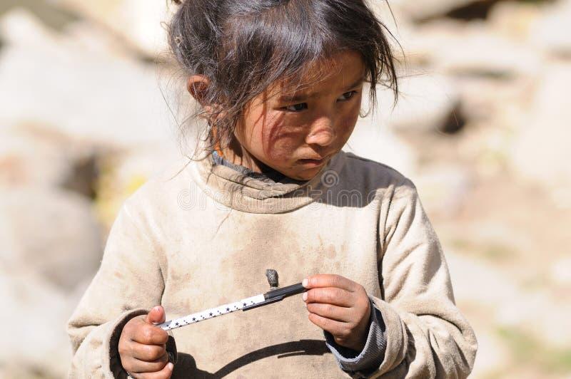 女孩jokhang祷告寺庙西藏 库存图片