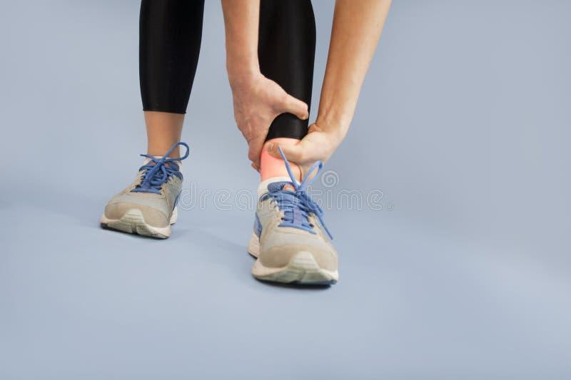 女孩np的脚伤关闭隔绝了背景 苹果概念卫生措施磁带 库存照片