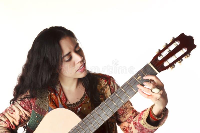 女孩palying的吉他 免版税库存照片