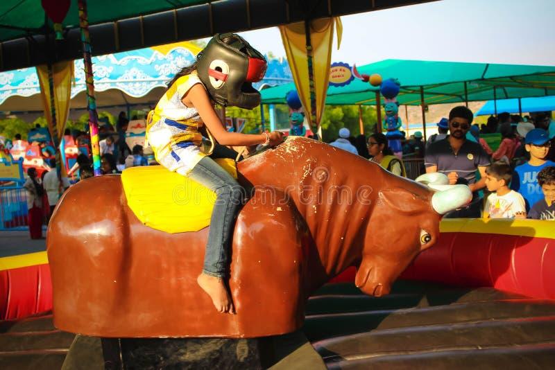 女孩Ramoji电影厂的骑马技工公牛 库存照片