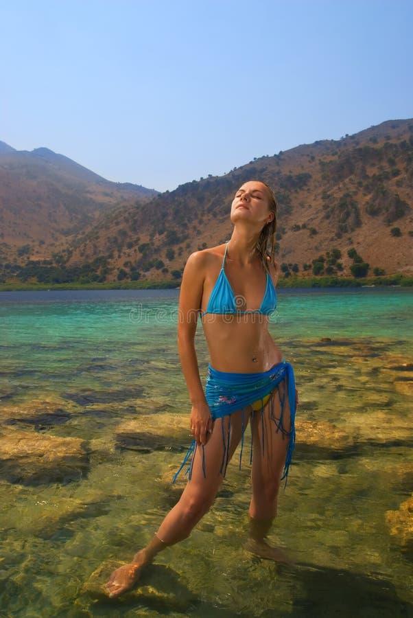 女孩stanging的水 免版税库存照片