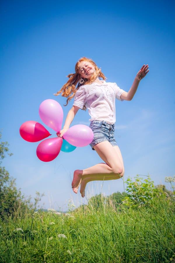 女孩whith气球在公园 免版税库存图片