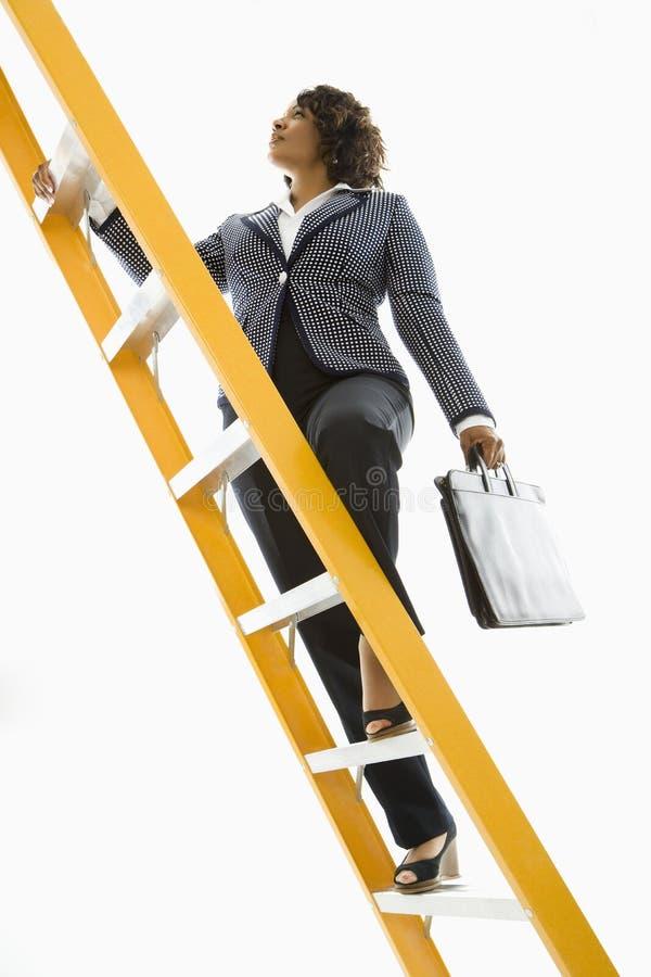 女实业家上升的梯子 免版税库存照片