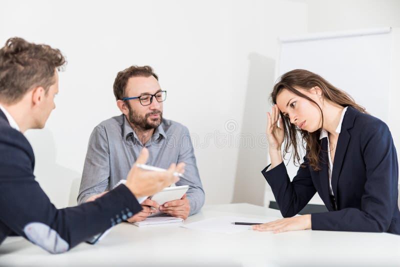 女实业家不同意她的会议的同事 库存图片