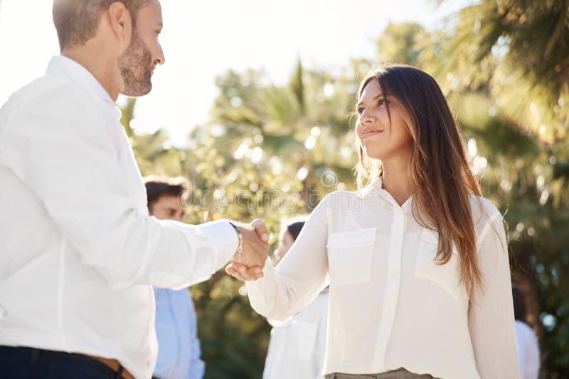女实业家与外面商人握手 库存图片