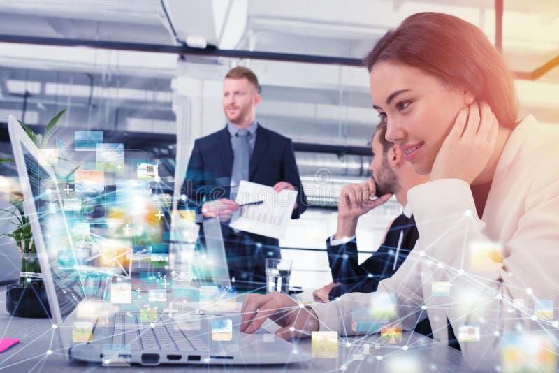 女实业家与快速的互联网连接分享网上文件 库存图片