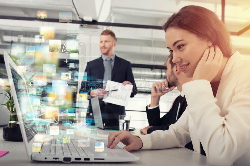 女实业家与快速的互联网连接分享网上文件 图库摄影