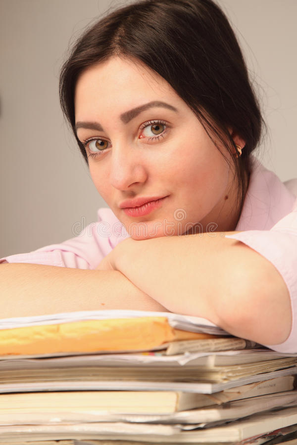 Download 女实业家与文件一起使用在工作场所 库存照片. 图片 包括有 现有量, 商业, 女实业家, 水平, 户内, 人们 - 72367748