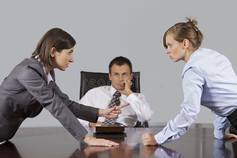 女实业家争论在商人前面在办公室 库存照片