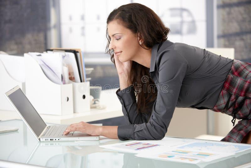 女实业家使用年轻人的膝上型计算机&# 免版税库存照片