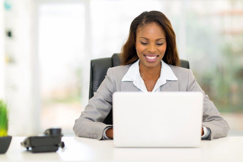 女实业家便携式计算机 图库摄影