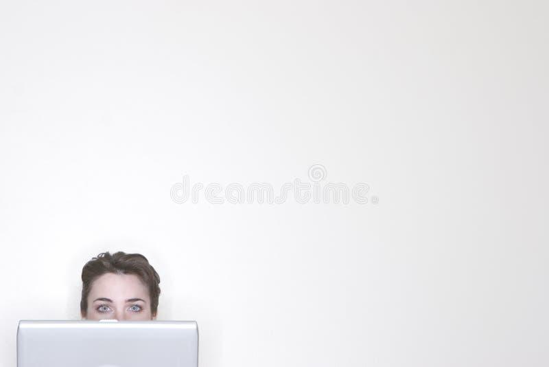 女实业家偷看 免版税图库摄影